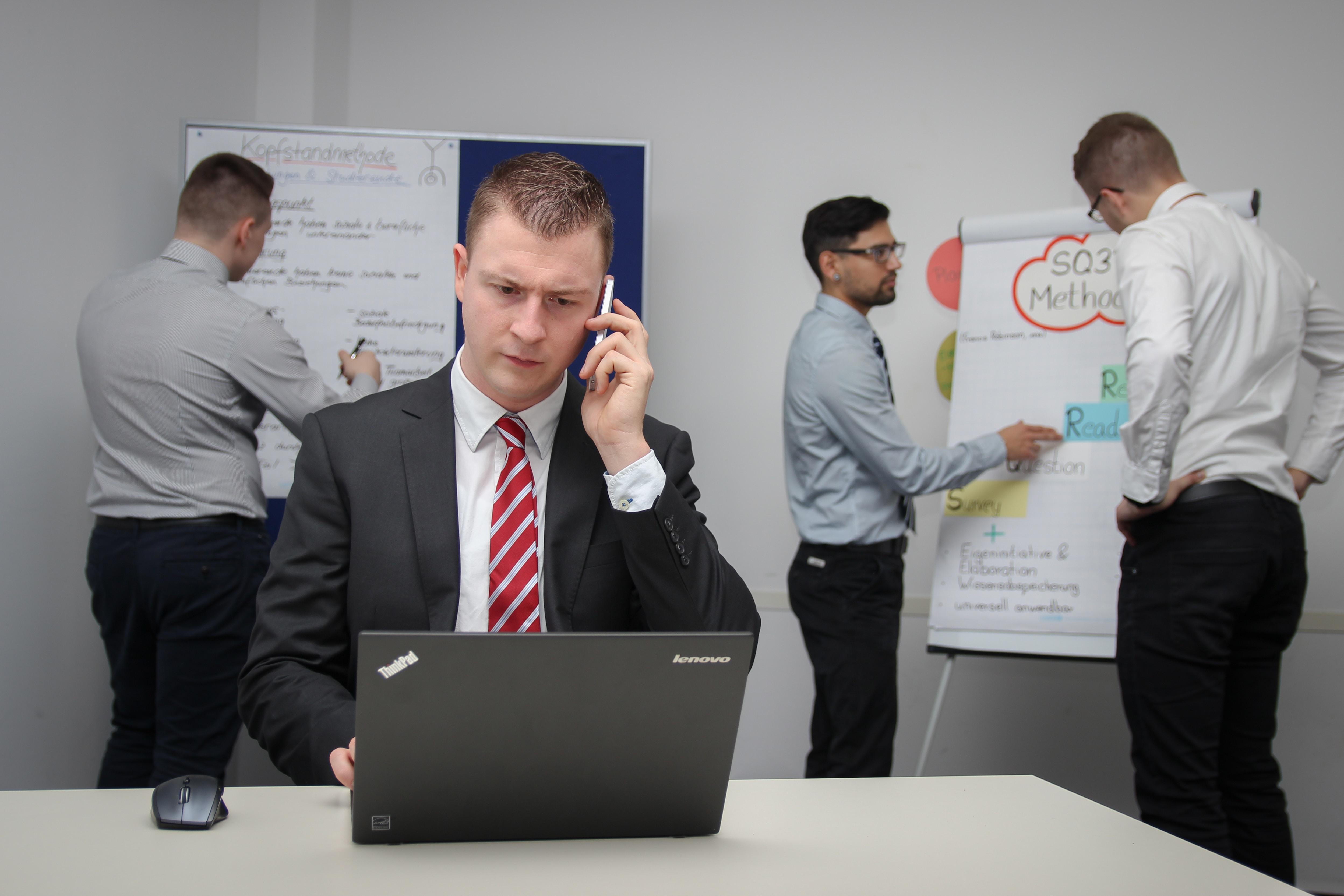 עובדים במשרד על ניהול משבר