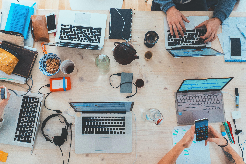 תמונה של מחשבים על שולחן